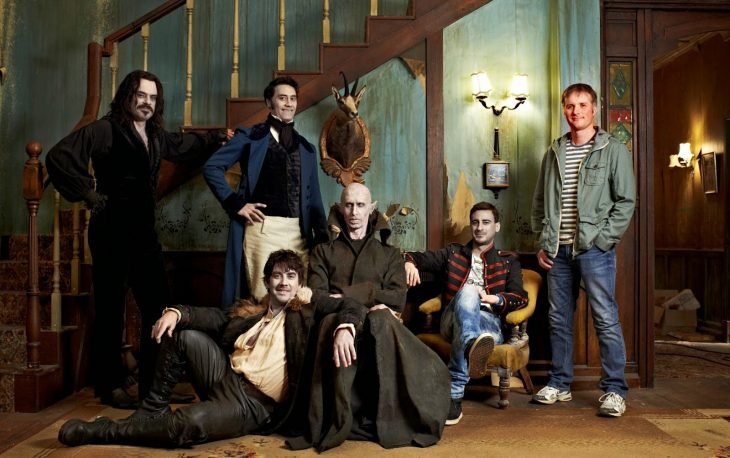 Escenas de las películas What We Do in the Shadows - vampiros posando bajo escaleras de madera