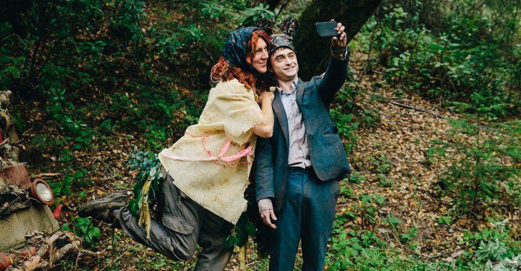 Escena de la película Un cadáver para sobrevivir - Dos personas tomándose selfie