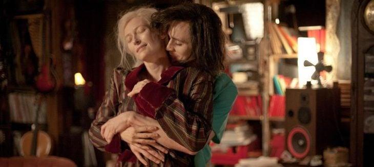 escena de Solo los amantes sobreviven - Pareja abrazándose