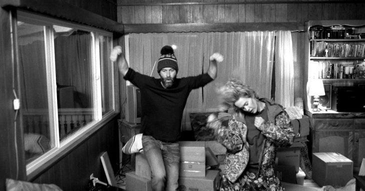 Escena de la película Blue Jay - pareja bailando en una sala