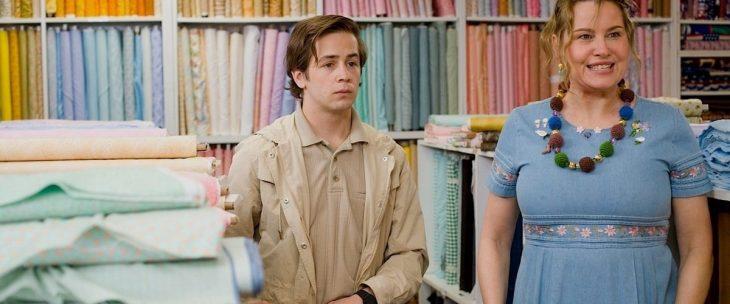 escena de la película Gentlemen Broncos - chico al lado de mujer madura adentro de una tienda de telas