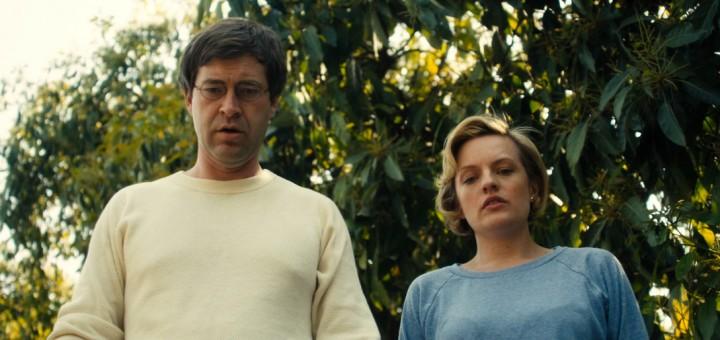 escena de la película El amor perfecto no existe - hombre y mujer maduros mirando hacia abajo