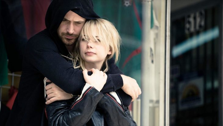 Ryan Gosling y Michelle Williams para la película Blue Valentine - hombre abrazando por los hombros a mujer rubia