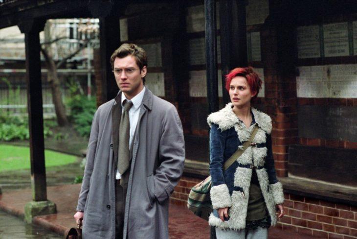 Jude Law y Natalie Portman para la cinta Closer - pareja afuera de una casa