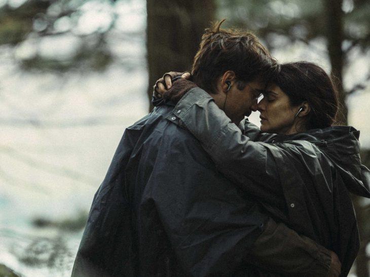 La cinta Lobster Joaquin Phoenix y Rachel Weisz - pareja abrazada en bosque