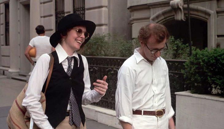 Diane Keaton y Woody Allen para la cinta Annie Hall - Pareja años 70 caminando en la calle