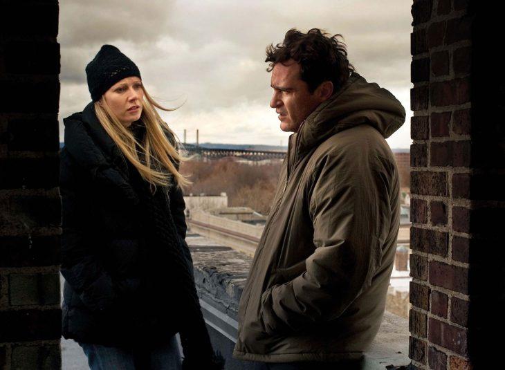 Joaquin Phoenix y Gwyneth Paltrow en Two Lovers - pareja con ropa de invierno en una azotea