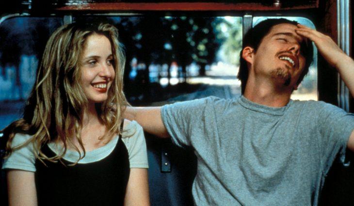 Julie Delpy y Ethan Hawke en la cinta Antes del amanecer - pareja joven en vagón de tren