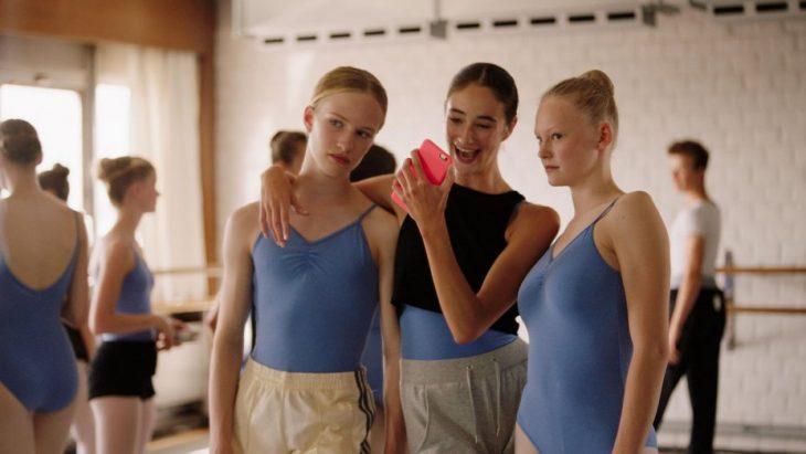 chicas en un salón de ballet