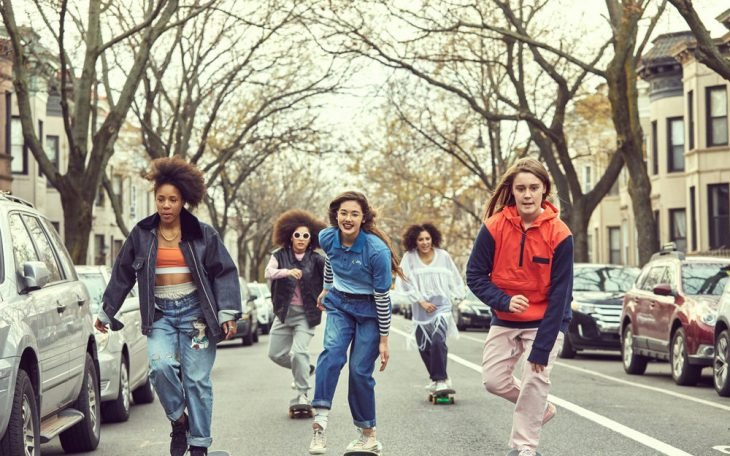 grupo de chicas paseando en patineta