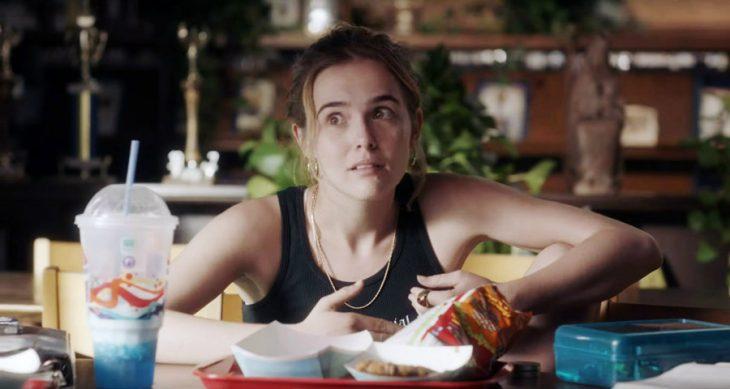 chica comiendo comida chatarra