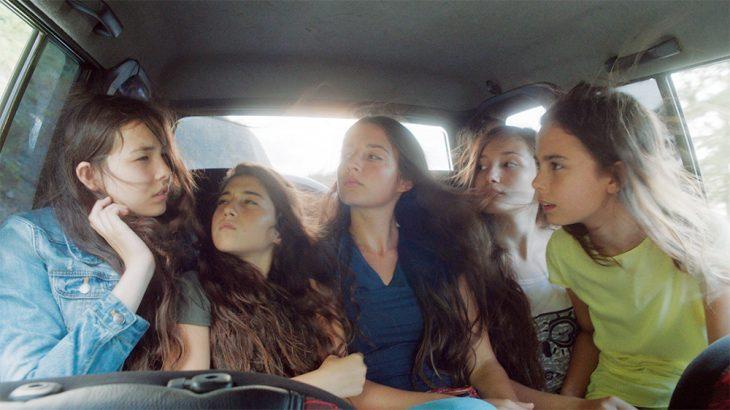 chicas paseando en un automovil
