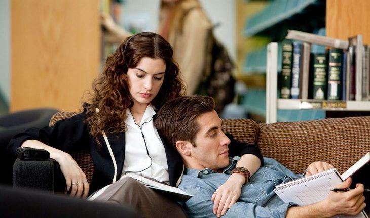 El actor Jake Gyllenhaal sobre el regazo de la actriz Anne Hathaway para la cinta romántica De amor y otras adicciones