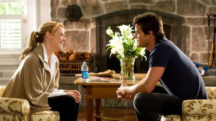 La actriz Katherine Heigl y el actor Josh Duhamel conversando en la cinta Bajo el mismo techo