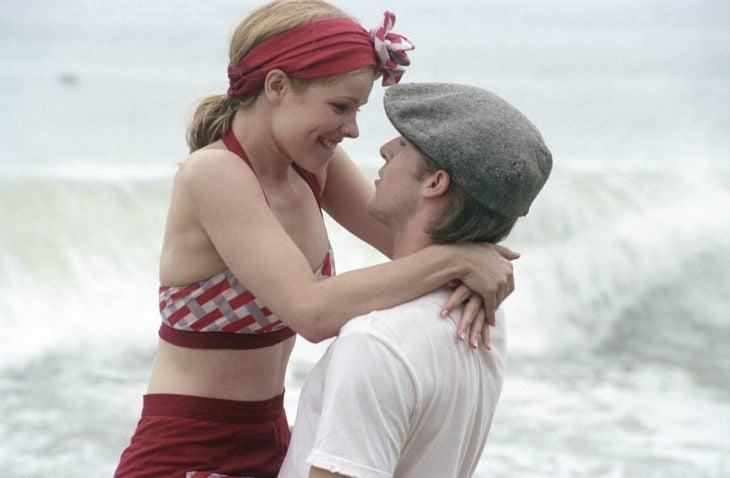 La actriz Rachel McAdams sobre los brazos de Ryan Goslin para la cinta Diario de una pasión