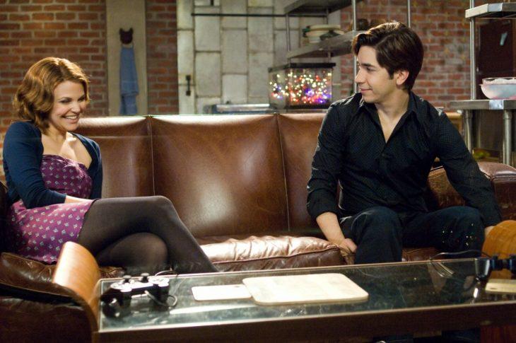 La actriz Ginnifer Goodwin y el actor Justin Long sobre un sillón para la cinta de A él no le gustas tanto