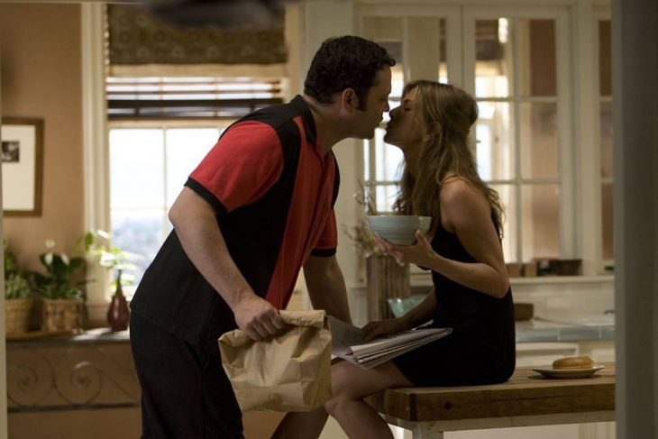 El actor Vince Vaughn dándole un beso a la actriz Jennifer Aniston para la cinta Viviendo con mi ex