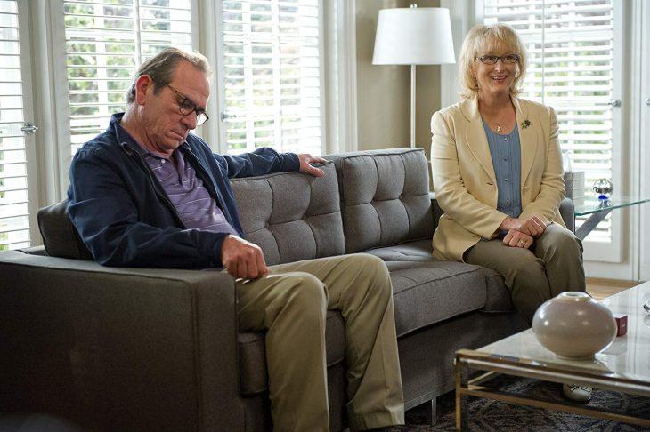 El actor Tommy Lee Jones y la actriz Meryl Streep, sentados en un sillón en terapia de pareja en la cinta ¿Qué voy a hacer con mi marido?