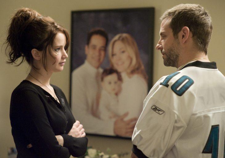 La actriz Jennifer Lawrence y el actor Bradley Cooper en una conversación en la cinta El lado bueno de las cosas