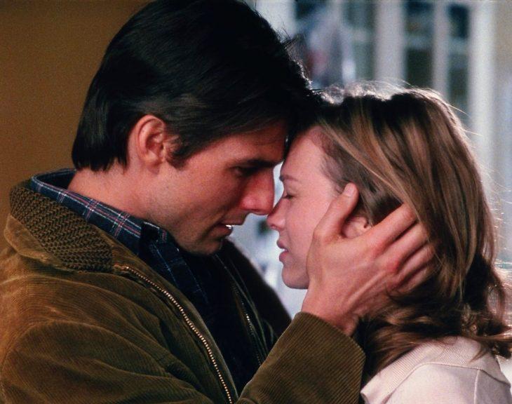 El actor Tom Cruise y la actriz Renée Zellweger muy cerca de uno del otro en la cinta Jerry Maguire