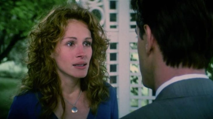 La actriz Julia Robert conversando con el actor Dermot Mulroney en la cinta La boda de mi mejor amigo