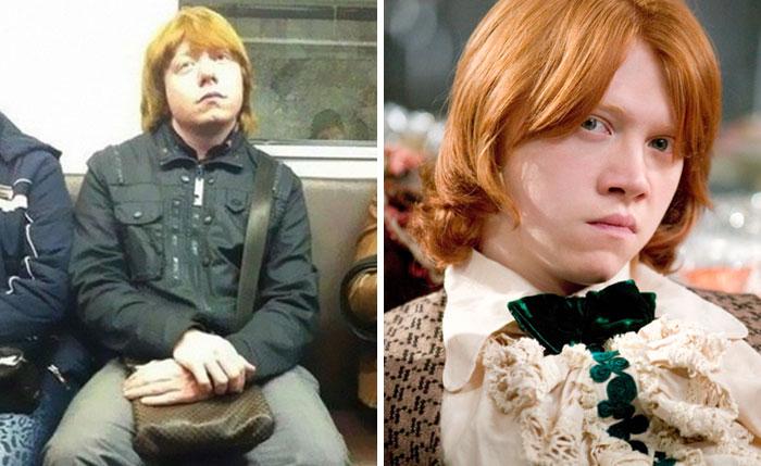 chico distraído en el metro