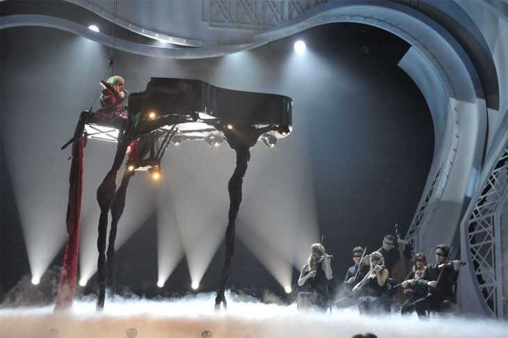 Pianos raros que toca Lady Gaga en sus conciertos, The royal variety performance, piano alto inspirado en Dalí