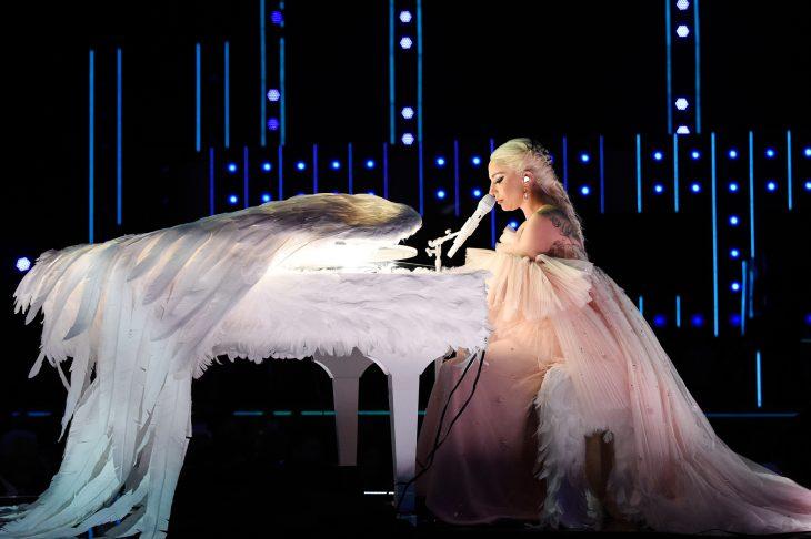 Pianos raros que toca Lady Gaga en sus conciertos, The grammys, piano con plumas blancas