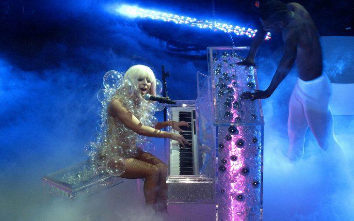 Pianos raros que toca Lady Gaga en sus conciertos, The chapel, piano transparente y traje de burbujas