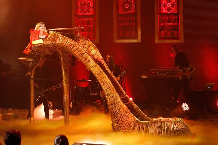 Pianos raros que toca Lady Gaga en sus conciertos, El show de Oprah Winfrey, piano de zapatilla gigante