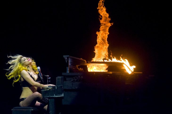 Pianos raros que toca Lady Gaga en sus conciertos, The monster ball tour, piano incendiado