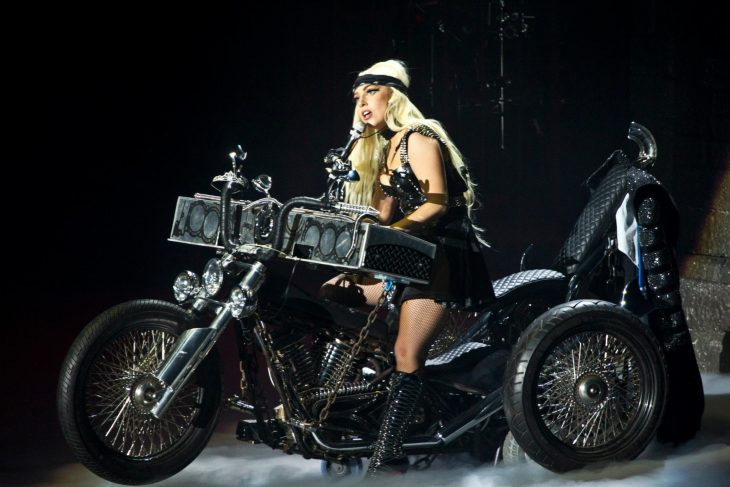 Pianos raros que toca Lady Gaga en sus conciertos, Born this way ball tour, piano de motocicleta
