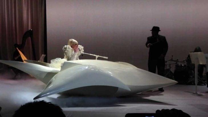 Pianos raros que toca Lady Gaga en sus conciertos, La casa blanca, piano de nave espacial blanco