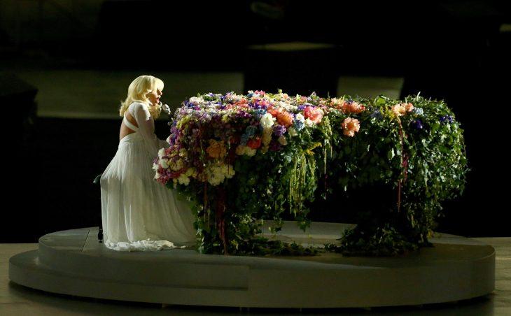 Pianos raros que toca Lady Gaga en sus conciertos, Juegos europeos, piano de flores