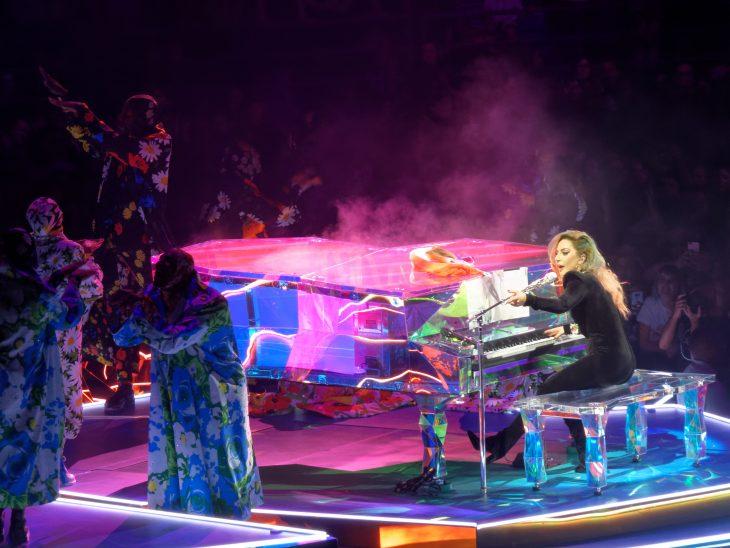 Pianos raros que toca Lady Gaga en sus conciertos, Joanne world tour, piano de cristal cromado
