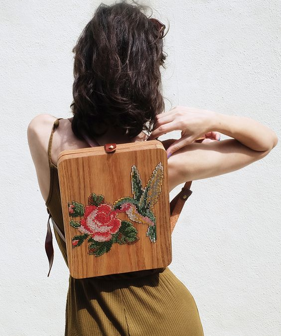 chica llevando un bolso de madera