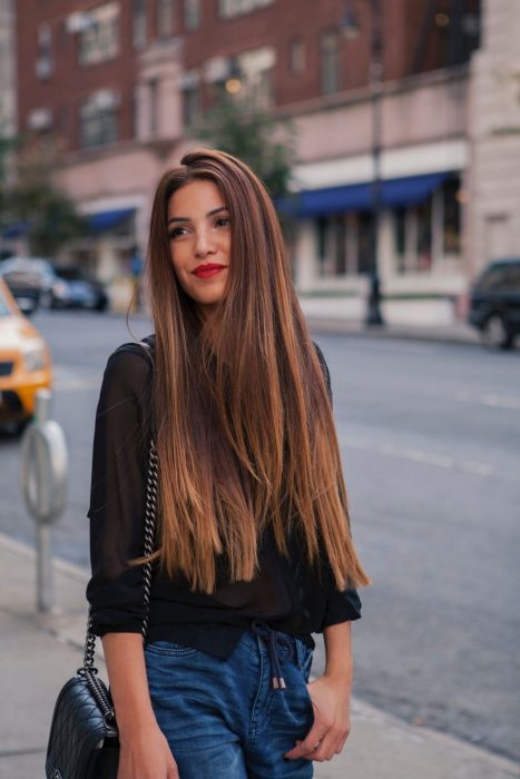 chica con cabello extralargo