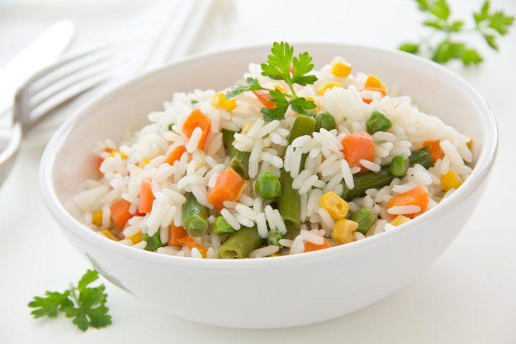 Arroz blanco con zanahoria, ejotes, elotes y chicharos