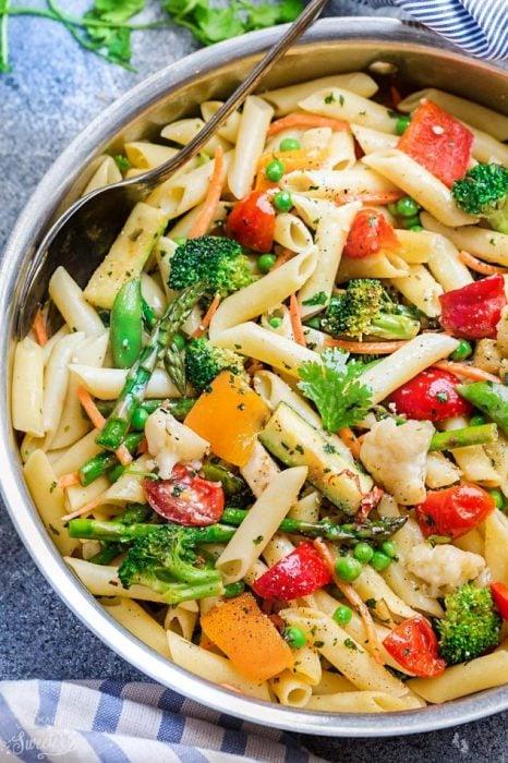 Pasta estilo primavera con cilantro, tomate, zanahoria, calabaza, brócoli y pimienta
