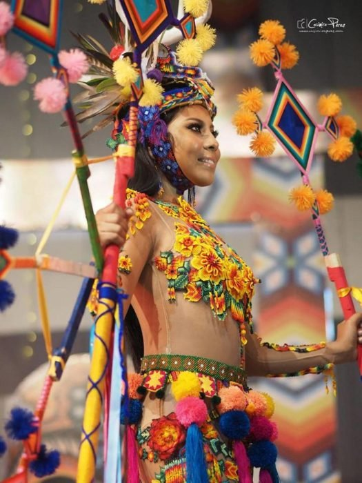 Chica indígena usando un traje típico