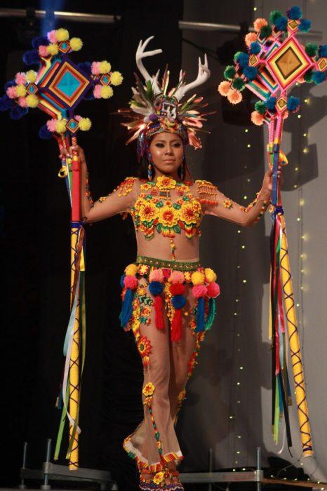 Chica indígena usando un traje típico en concurso de belleza