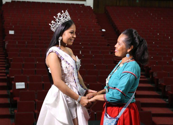 Mujeres indígenas tomándose de las manos