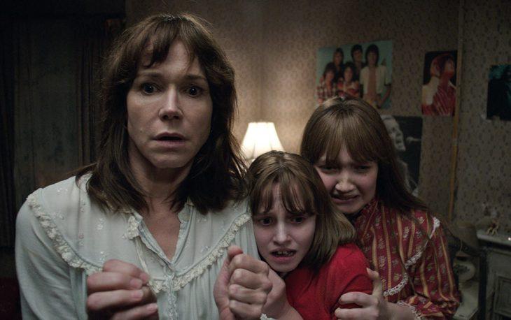 Escena de niñas abrazando a su madre en la película El conjuro 2