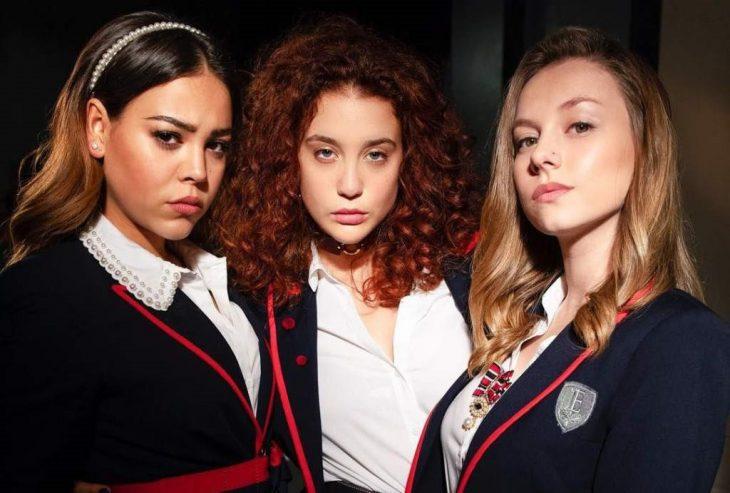 chicas usando uniformes escolares