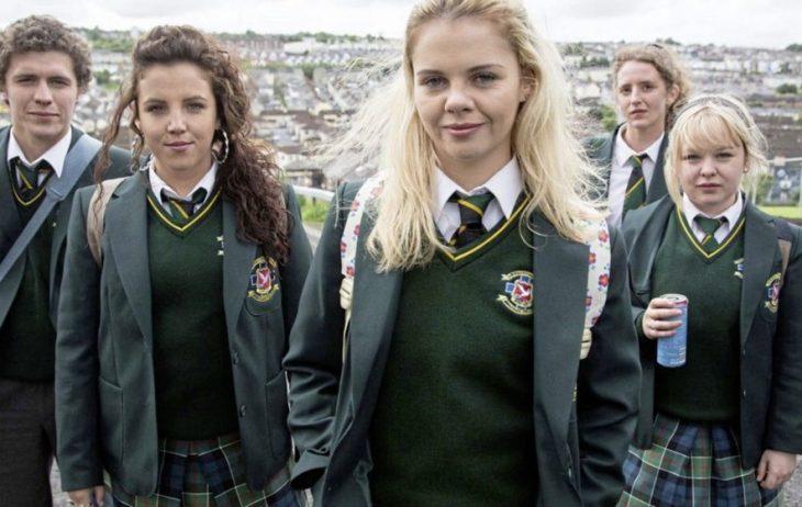 chicas llevando sueter verde escolar