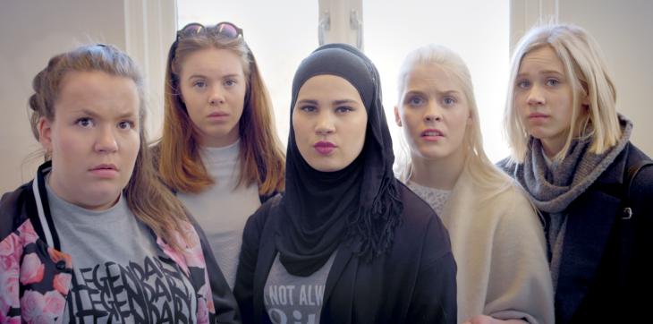 chicas de diferentes países reunidas