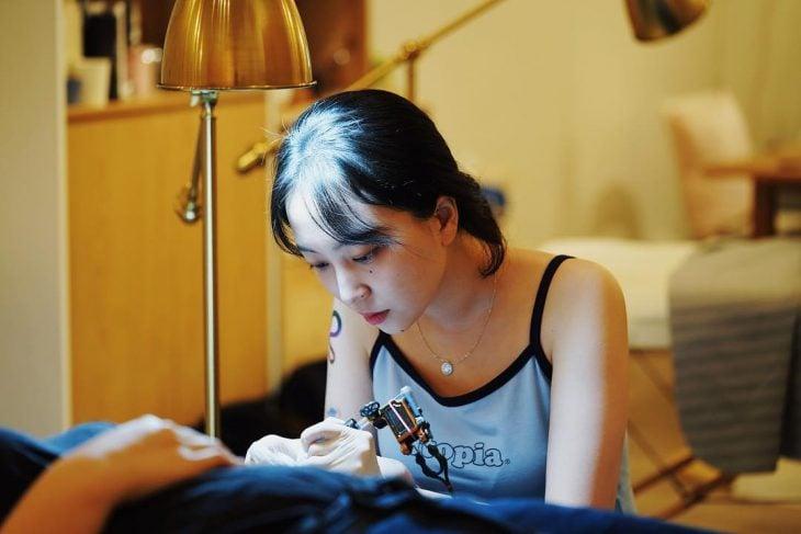 Tatuadora coreana hace pequeños y coloridos tatuajes de pinturas famosas, Zihee