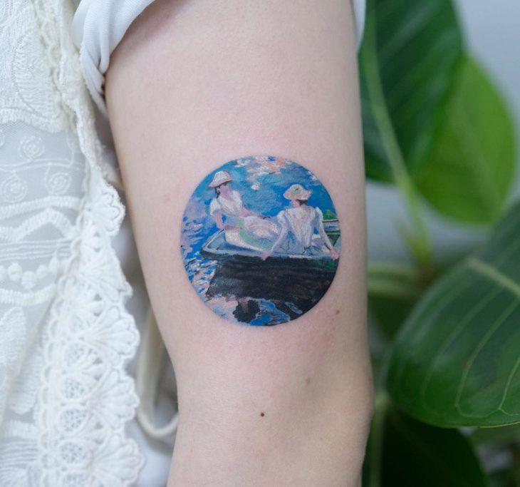 Tatuaje de pintura famosa en el brazo, Claude Monet, Jóvenes en bote