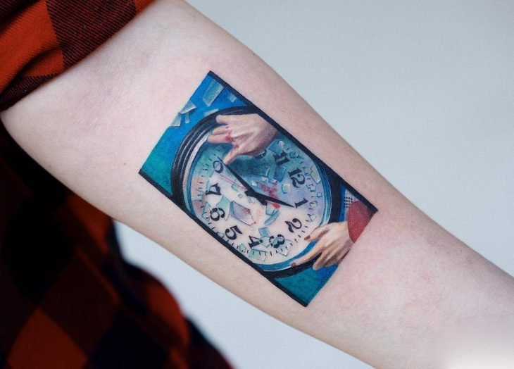 Tatuaje de pintura famosa en el brazo, reloj roto