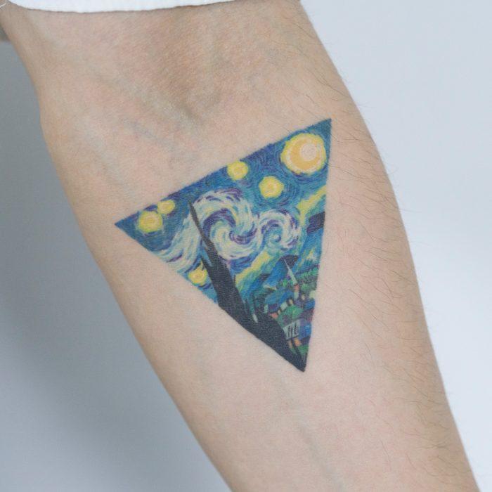 Tatuaje de pintura famosa, La noche estrellada de Van Gogh en el brazo